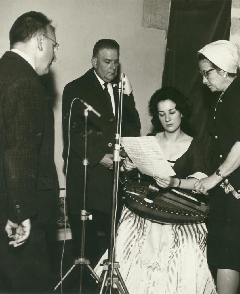 Tournage à Montluçon de l'émission «L'histoire d'un instrument», diffusée le 17 septembre 1964. Michèle Fromenteau entourée de Jean Favière, conservateur du Musée de la vielle de Montluçon (de dos), Gaston Rivière et France Vernillat, productrice de l'émission.