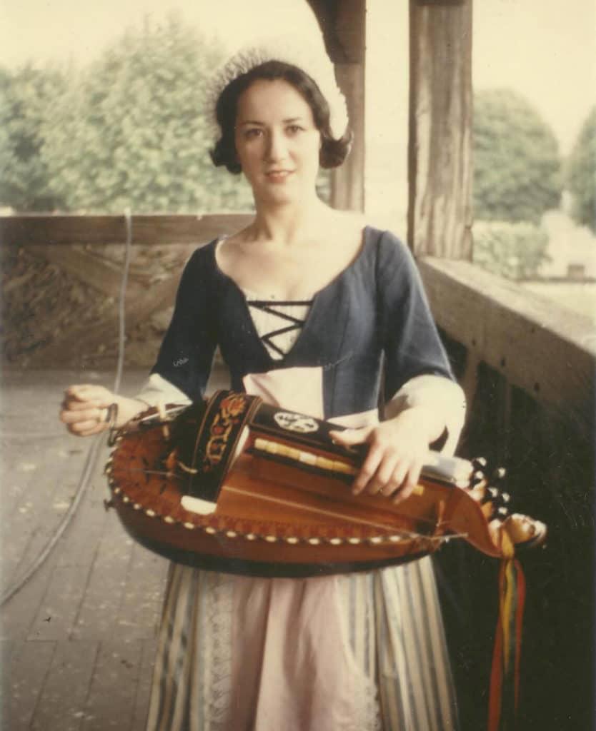 Michèle Fromenteau pose dans la galerie du Château de Montluçon à l'occasion du tournage de l'émission «L'histoire d'un instrument», septembre 1964.