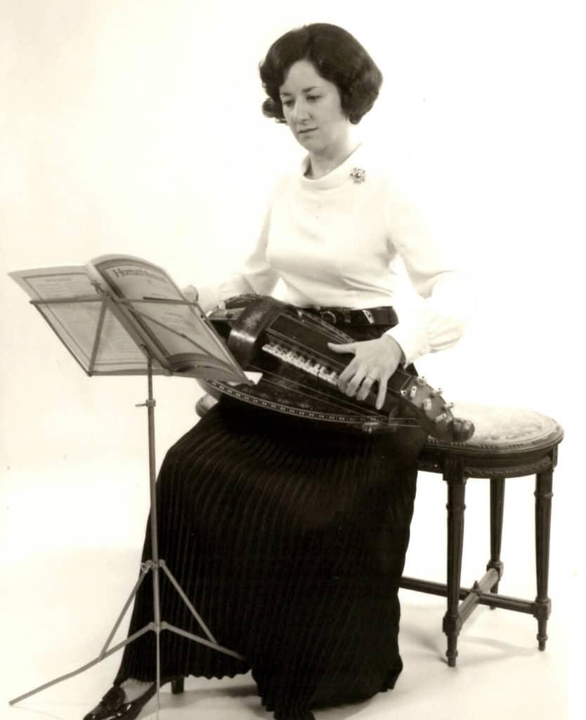 Les débuts d'une vielliste baroque: Michèle Fromenteau joue sur sa vielle Pouget, dont les touches circulaires d'origine n'ont pas encore été modifiées.