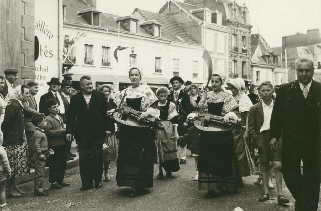 Michèle et Nicole Fromenteau mènent le cortège seules, quelque part en Berry, dans les années 1950.