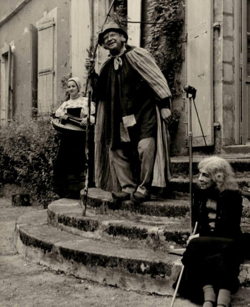 Michèle Fromenteau aux côtés de Jean Louis Boncœur et Aurore Sand sur les marches du perron de la maison de George Sand, à l'occasion du congrès des notaires en mai 1958 (photo R. Thuillier)