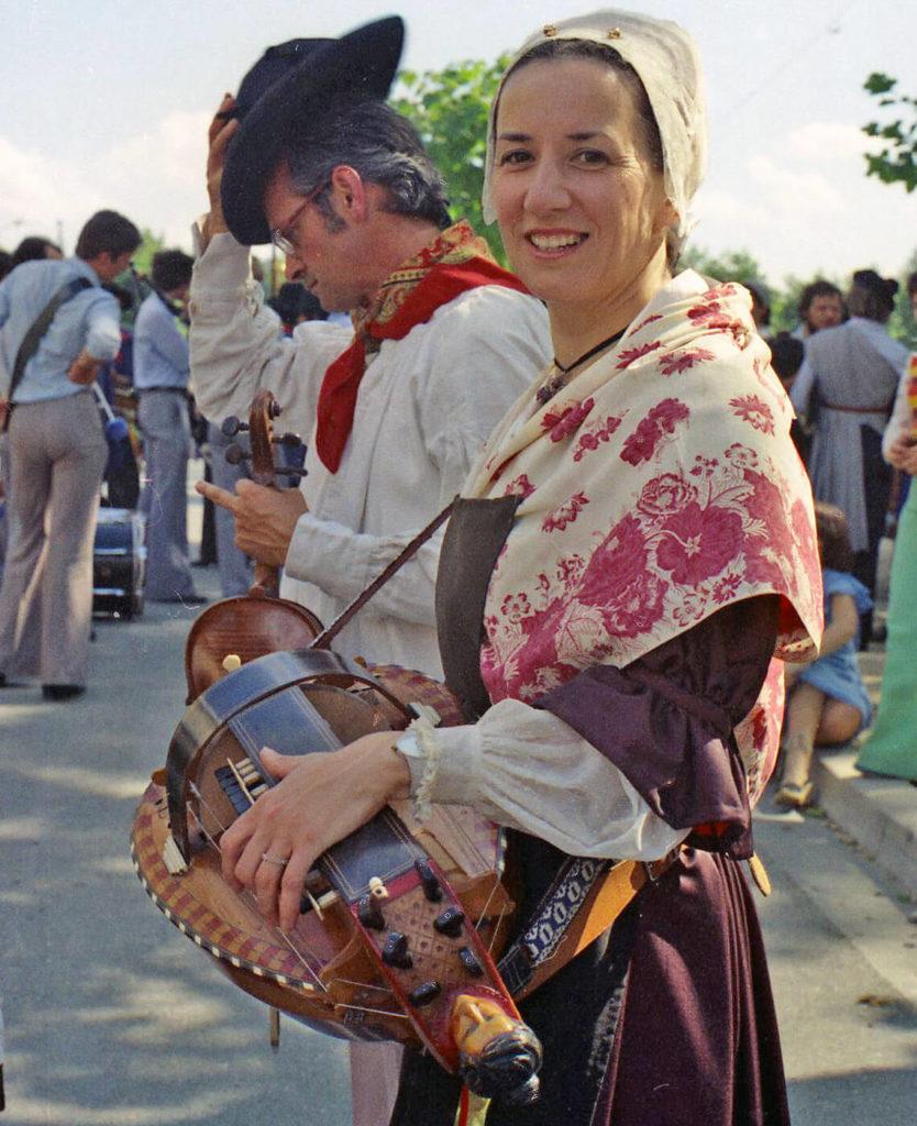 Juillet 1977, Michèle Fromenteau réendosse le costume berrichon pour le défilé des Rencontres à La Châtre.
