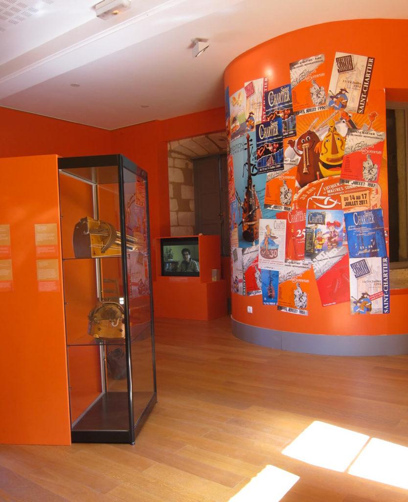 Vue de l'exposition «Les belles vielleuses» au Château d'Ars en 2014: salle consacrée au festival avec le clin d'œil du mur d'affiches