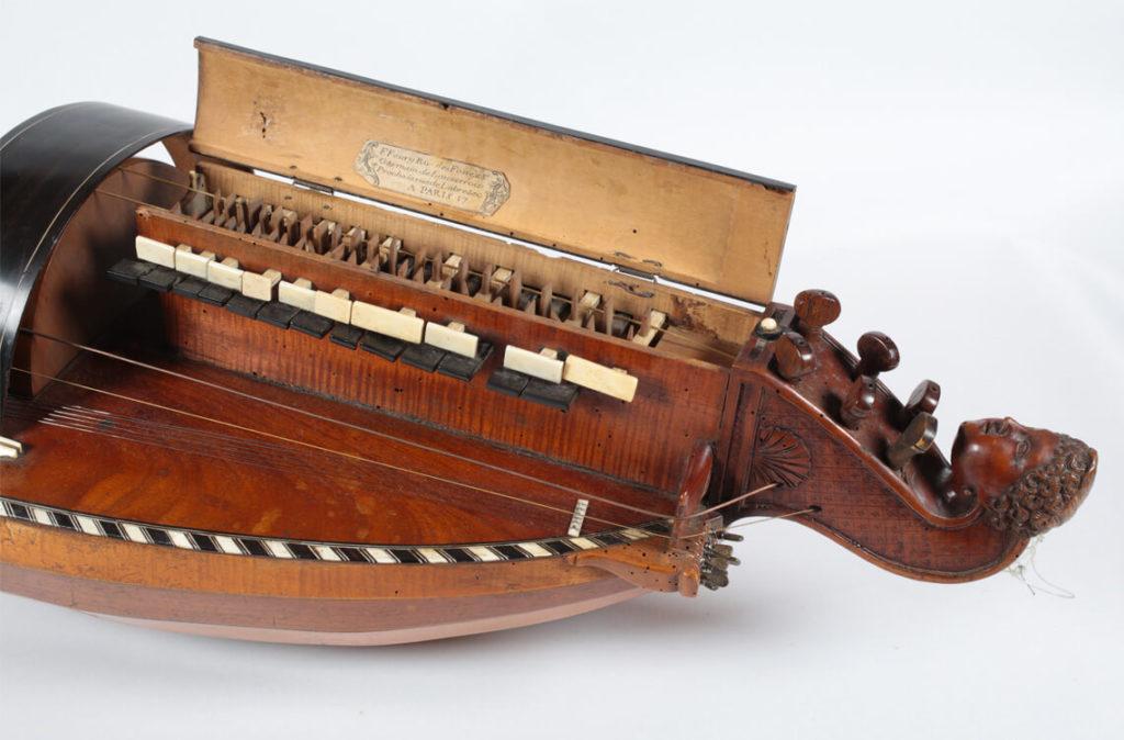 Vielle à roue réalisée par François Feury dans la d2ème moitié du XVIIIe siècle (MLC 2014.1.20 - CO Darré)