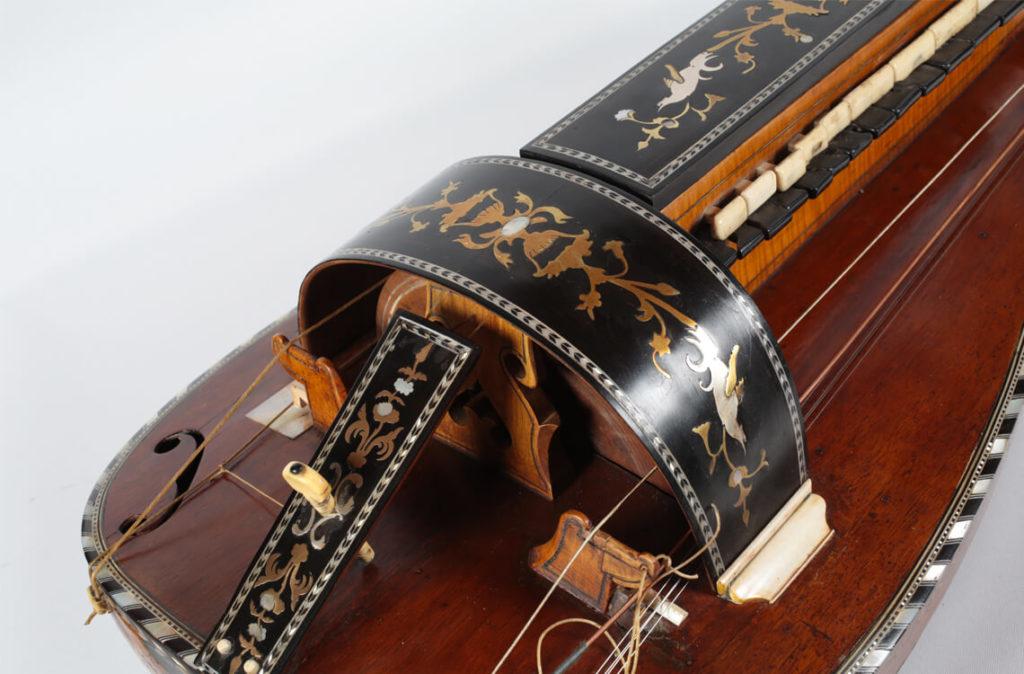 Vielle à roue réalisée par François Guiennet en 1840 (MLC 2014.1.21 - CO Darré)