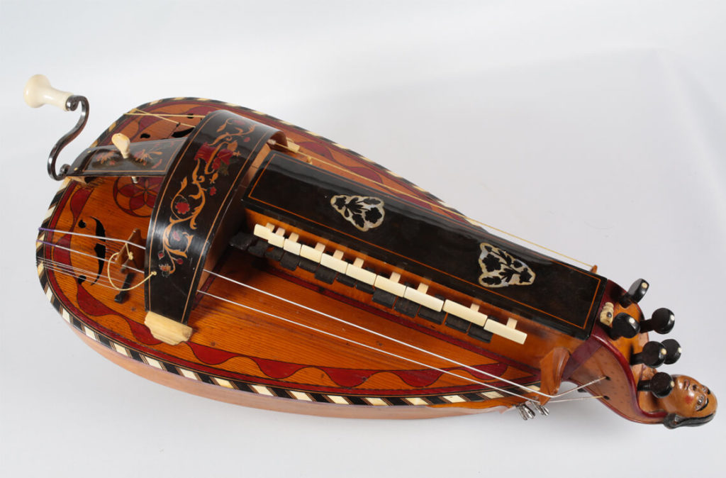 Vielle à roue réalisée par Gilbert Nigout en 1904 (MLC 2014.1.27 - CO Darré)