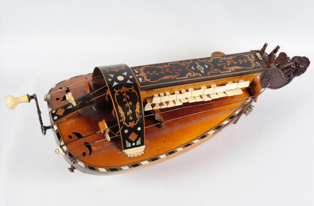 Vielle à roue de Gabriel Lambert réalisée par Georges Simon en 1944 et offerte à Michèle Fromenteau (MLC 2014.1.35 - CO Darré)