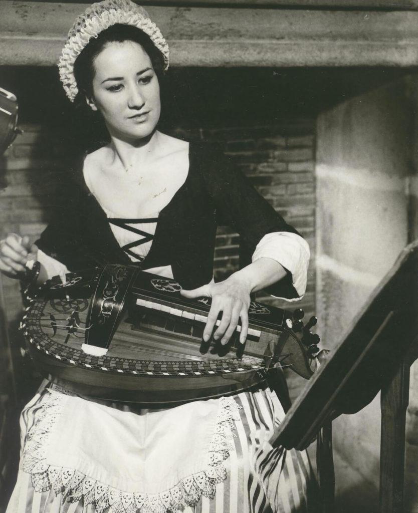 Michèle Fromenteau joue lors de l'émission «L'histoire d'un instrument», septembre 1964.