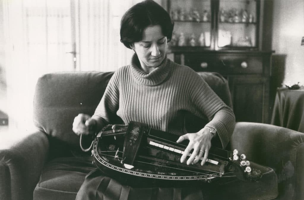 Après modification par Marcel Soing, Michèle Fromenteau et sa vielle Pouget dotée d'un clavier neuf.