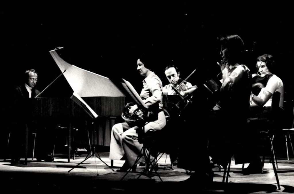 Michèle Fromenteau en concert, avec violoncelle, violons et clavecin.
