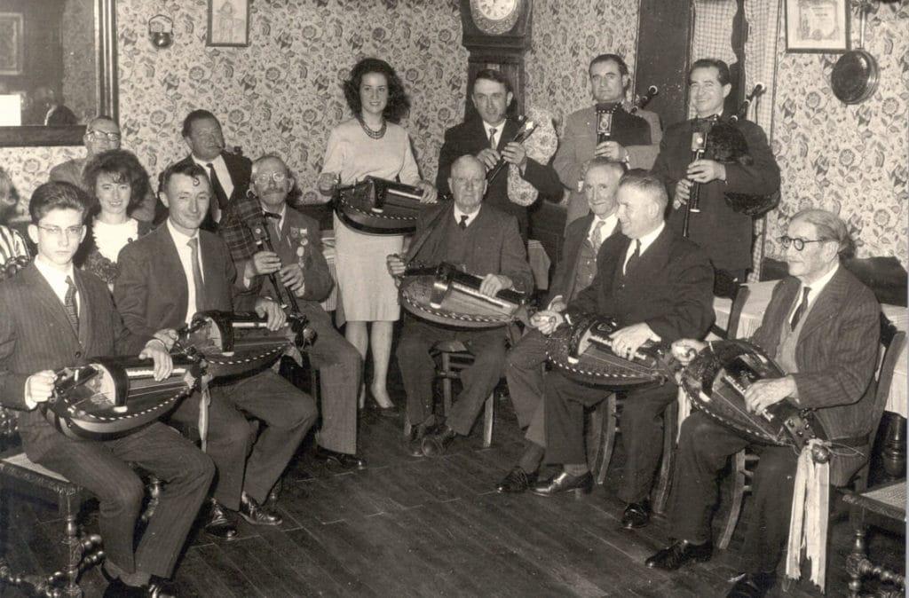 """Au restaurant de la Gare à Ardentes, chez """"Fradet"""" - Michèle Fromenteau, seule femme instrumentiste."""