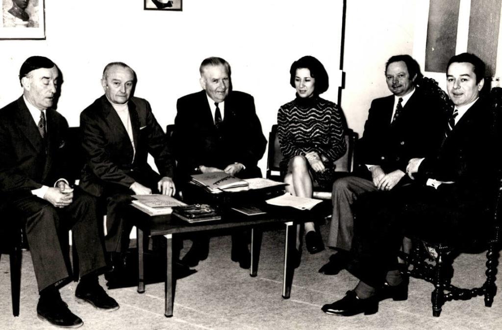 Membre du conseil d'administration de «l'Amicale des vielleux-cornemuseux», Michèle Fromenteau siège ici avec à sa droite Gaston Rivière, et à sa gauche ses amis André Dubois et Jean Roux.