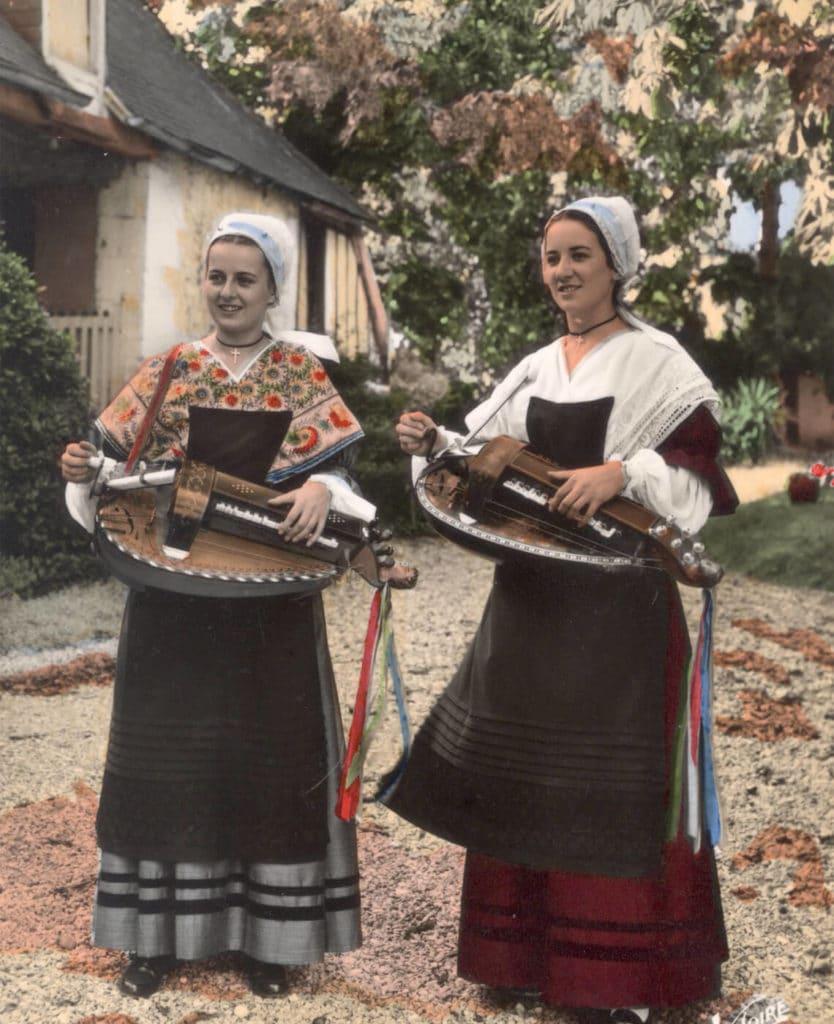 Michèle et Nicole Fromenteau en costume, posent pour une série de cartes postales.