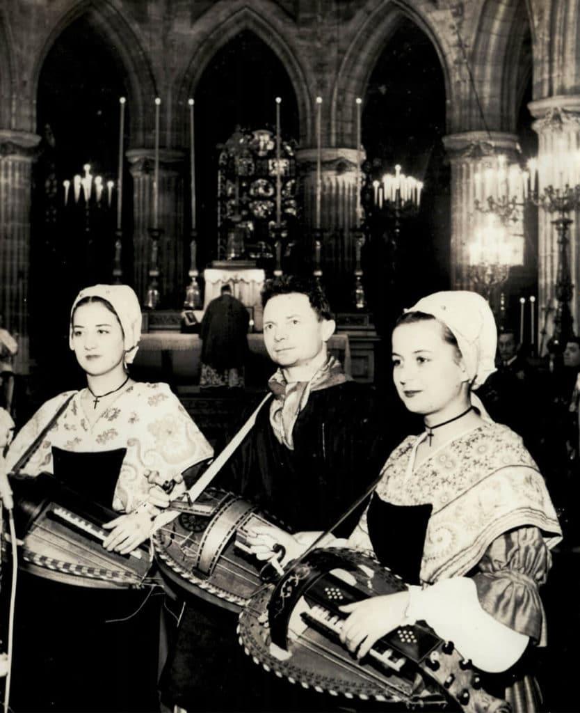 Messe de Saint Vincent à l'église de Saint Germain l'Auxerrois, Paris le 19 janvier 1958 (photo prise et offerte par le Figaro), Michèle et Nicole Fromenteau aux côtés de ...