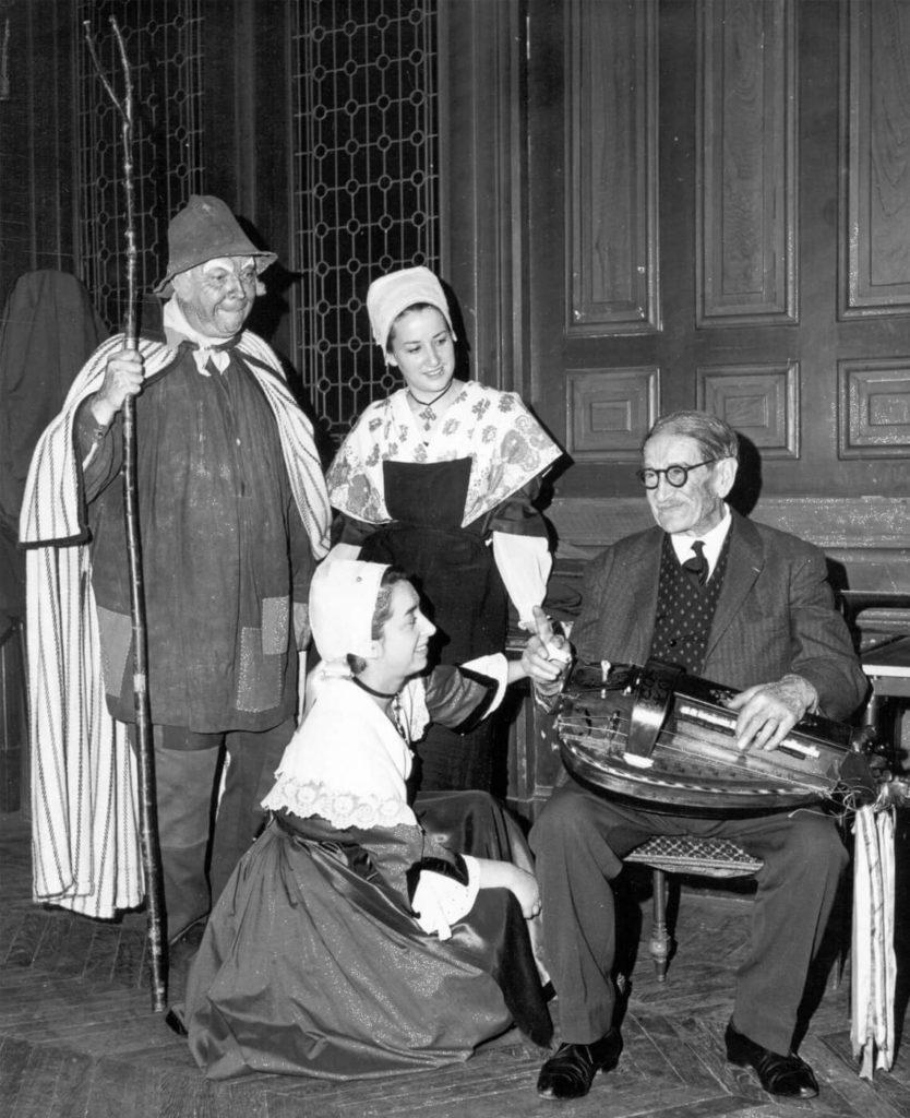 Lors d'une veillée organisée à Paris à la mairie du XIIIe arr. par «L'amicale Bas-Berrichonne», Michèle pose en compagnie de Jean-Louis Boncœur, Solange Pacaud et de Gaston Guillemain, son second professeur.
