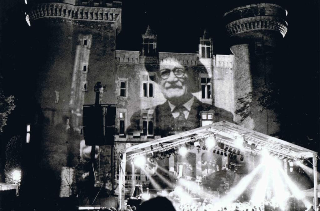 La grande scène des Rencontres a bien grandi depuis 1976. Elle est baptisée «scène Gaston Guillemain» à l'occasion de l'édition 2001 (cliché Ludo Goossens)