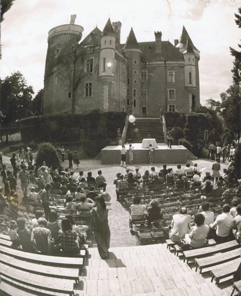 En 1976, il n'y a qu'un petite scène, sur le côté du château de Saint-Chartier, la sonorisation est minimale… (cliché Jürgen Richter)