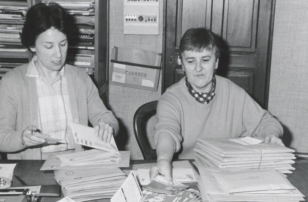 1986, Michèle Fromenteau travaille désormais à plein temps pour l'organisation des Rencontres. Ici, mise sous enveloppe des affiches et tracts en compagnie de Lucienne Chabenat (cliché N.R.)