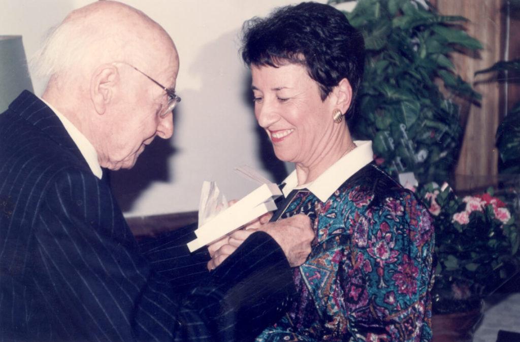 Michèle Fromenteau décorée de l'ordre des arts et lettres par Georges Lubin, 1991