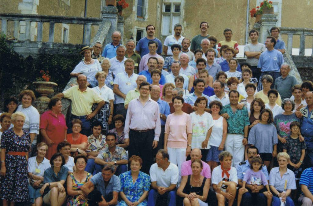 Michèle Fromenteau pose avec l'équipe des bénévoles lors des rencontres 1992