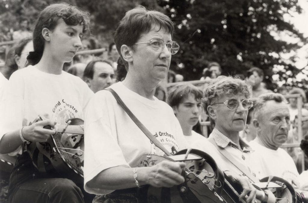 Michèle Fromenteau au premier rang du «Grand Orchestre de Vielles & Cornemuses», jouant le 16 juillet 1995, pour célébrer les vingt ans des Rencontres (cliché Jeff Dantin)