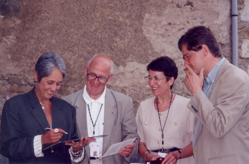Michèle Fromenteau, Maurice Bourg, et Nicolas Forissier avec Joan Baez, invitée des Rencontres 1998.