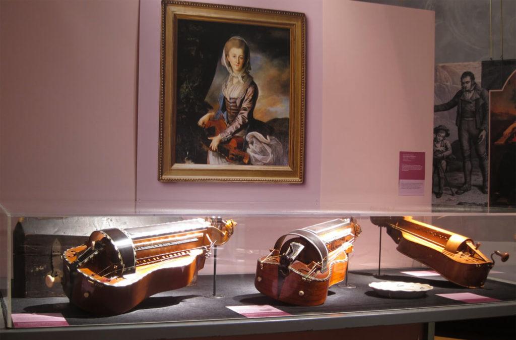 Vue de l'exposition «Les belles vielleuses» au Château d'Ars en 2014: salle XVIIIe siècle