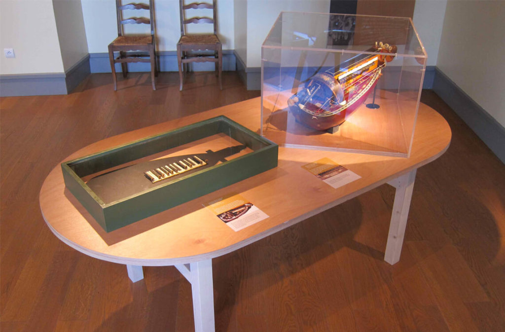 Vue de l'exposition «Les belles vielleuses» au Château d'Ars en 2014: gros plan sur la vielle Pouget de Michèle Fromenteau et de son ancien clavier