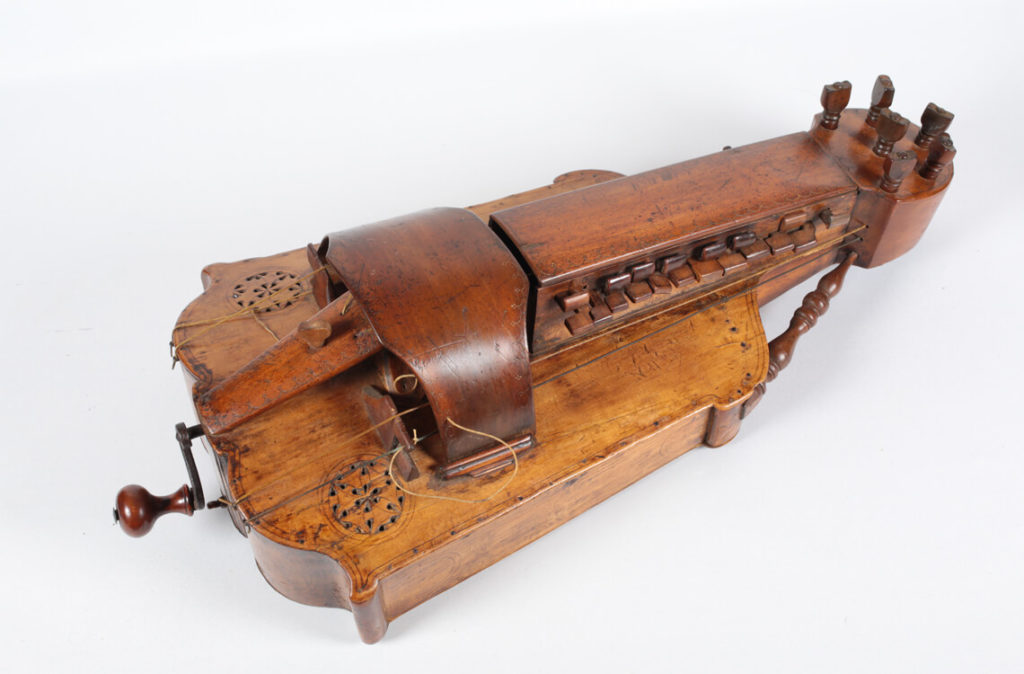 Plus ancienne vielle à roue, anonyme de la collection. Elle date de la fin du XVIIe siècle (MLC 2014.1.1 - CO Darré)