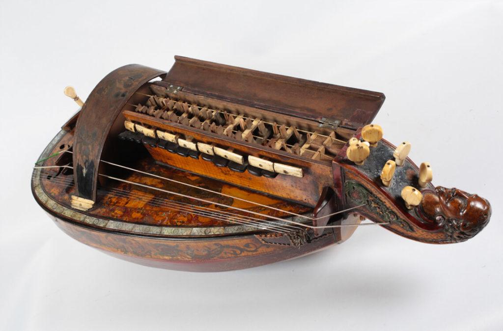 Vielle à roue réalisée par le Pouget en 1850 (MLC 2014.1.38 - CO Darré)